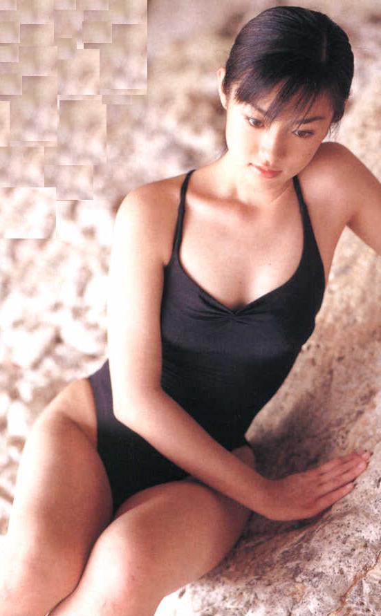 黒い水着姿で座っているあどけなさの残る深田恭子