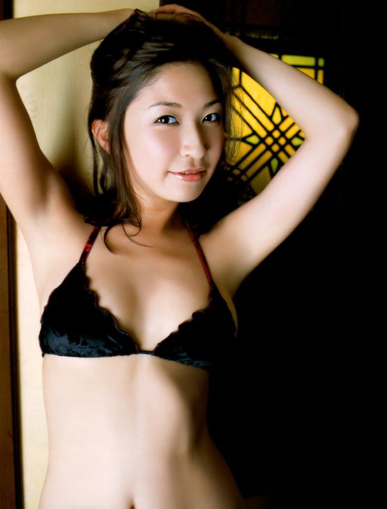 黒の水着がかなりセクシーな小野真弓♪