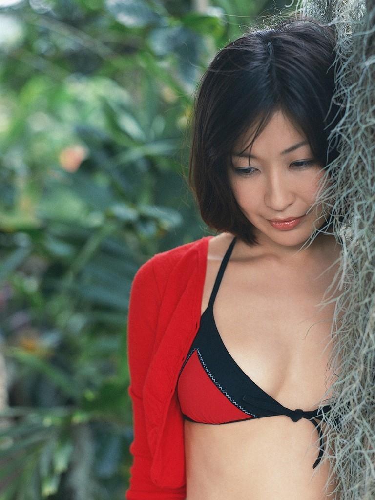赤と黒の水着がとても似合う小野真弓♪