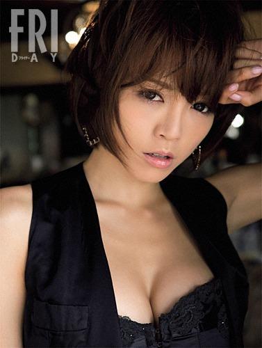 黒が似合う釈由美子。