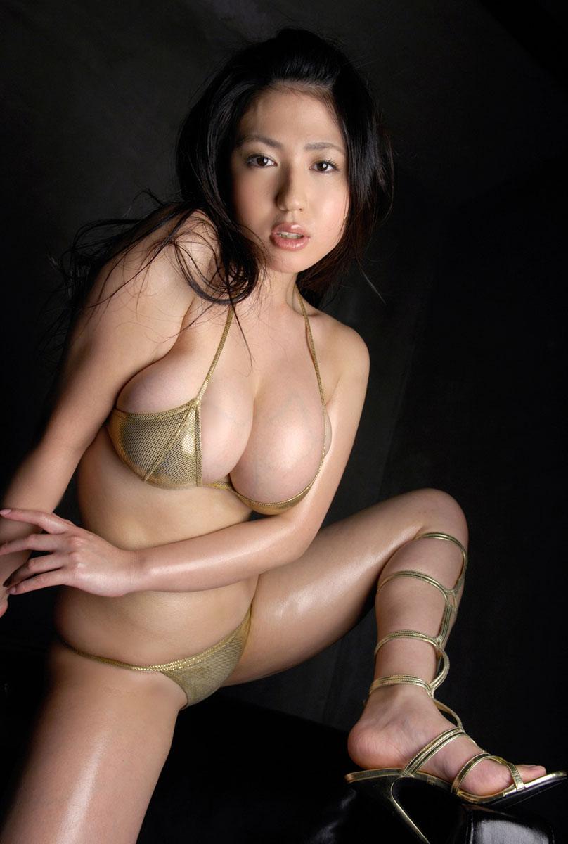 ゴールドのセクシー水着から滝沢乃南の画像