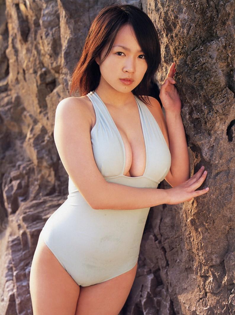 太陽の下でセクシーな水着を披露する谷澤恵里香の画像♪